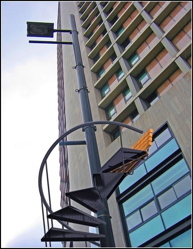 Уличные скамейки на втором этаже