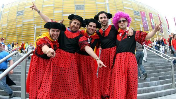 Испанские болельщики в платьях