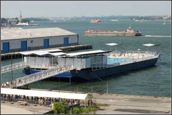 Новый бассейн в старой барже посреди Нью-Йорка