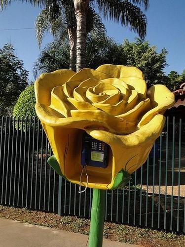 Цветочная телефонная будка