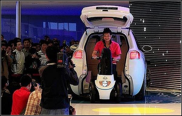 Geely McCar – малолитражка с гаражом для скутера