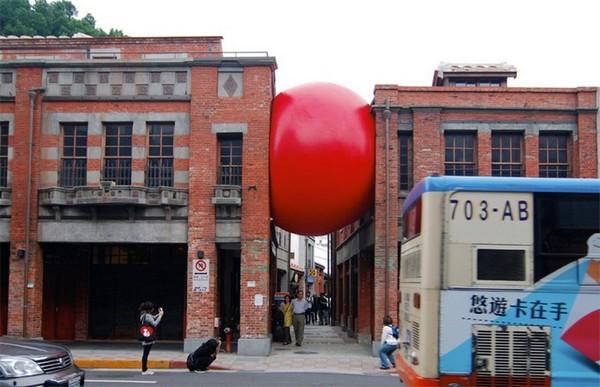 RedBall Project – огромный красный мячик, путешествующий по миру