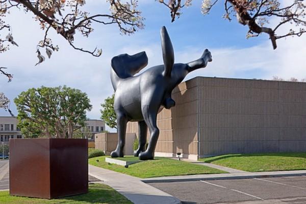 Bad Dog – гигантская собака, писающая на здание