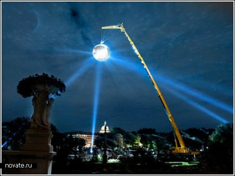Гигантский зеркальный шар для беззвездного Парижа