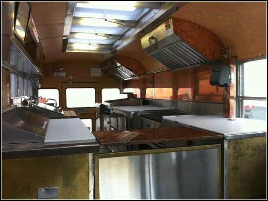 Настоящий фаст-фуд: ресторан в старом школьном автобусе