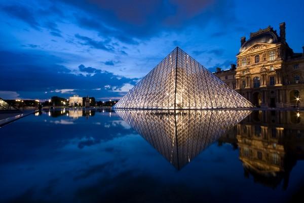 Стеклянная пирамида в Лувре