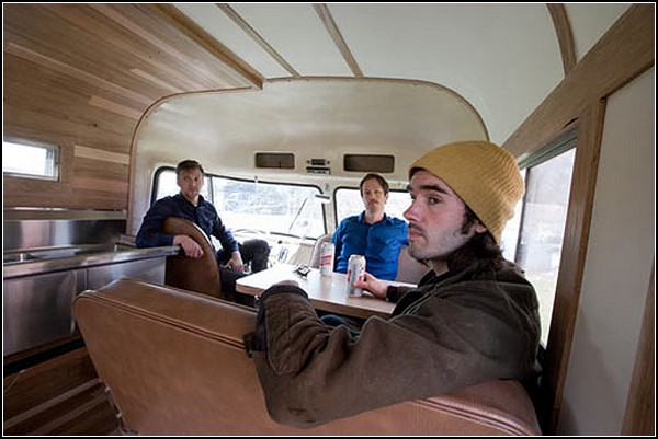 Молочные коктейли и свежевыжатые соки в старом авто Dodge Chinook