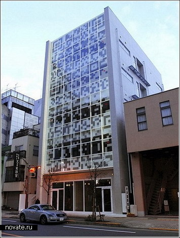 Здание с посланием на фасаде