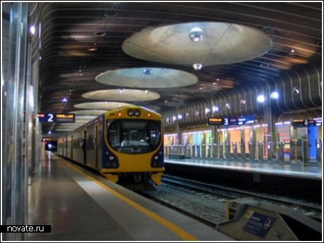 Зеленый луг на железнодорожном вокзале