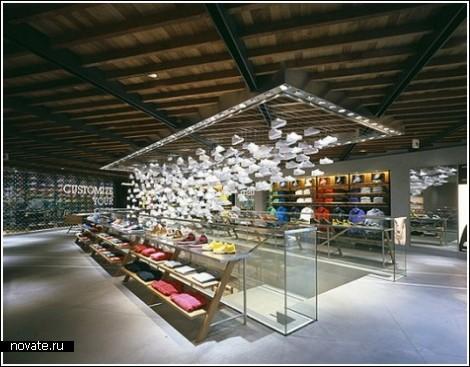 Инсталляция из тысячи кроссовок в магазине Nike