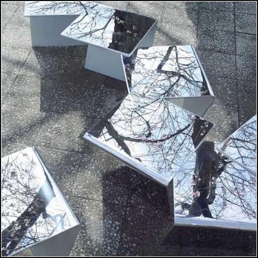 Японские зеркальные скамейки, отражающие сакуру