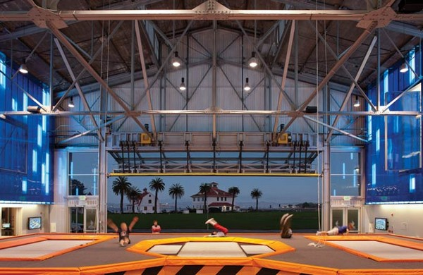 House of Air – батутный центр в авиационном ангаре