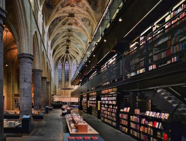 Книжный магазин в старой церкви