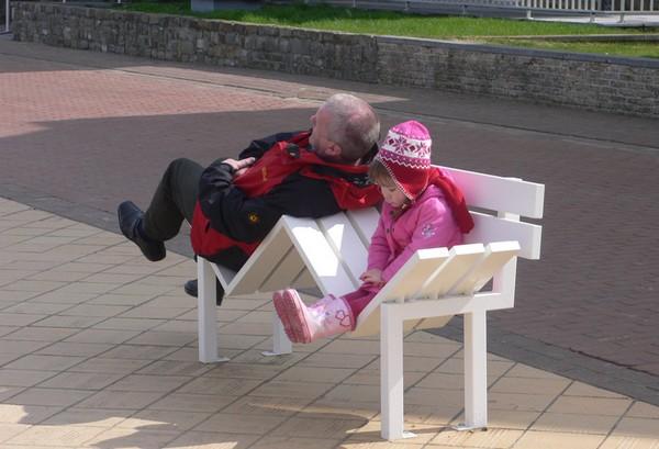 Социальные скамейки L-U – такие же, как и государство