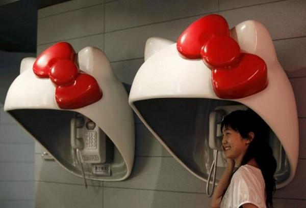 Телефонная будка Hello, Kitty!