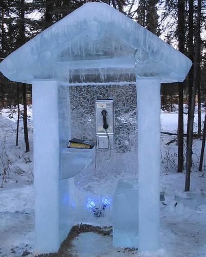 Телефонная будка из льда