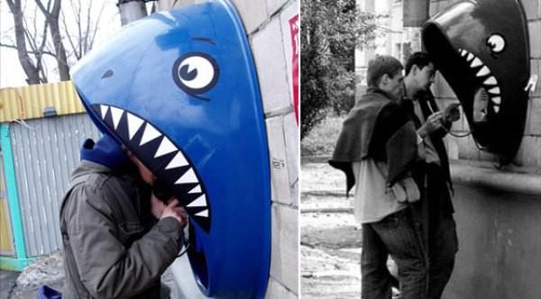Телефонная будка в виде акулы