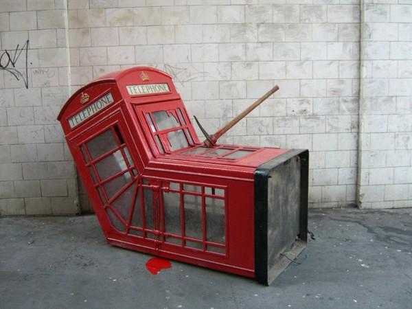 Мертвая телефонная будка от Banksy