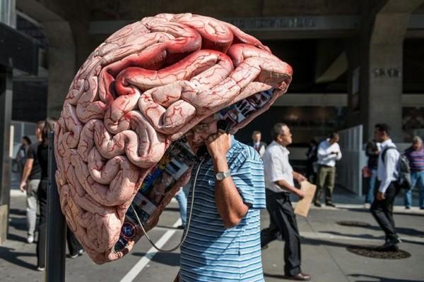 Телефонная будка в виде человеческого мозга