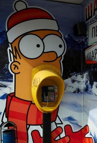 Телефонная будка в виде Гомера Симпсона