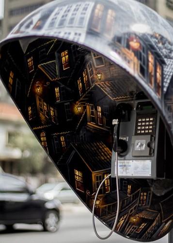 Телефонная будка с городом внутри