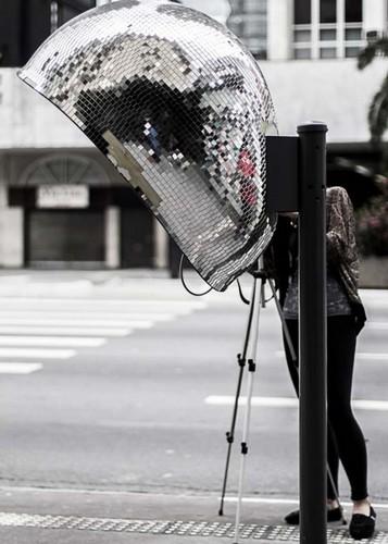 Телефонная будка с зеркальным шаром