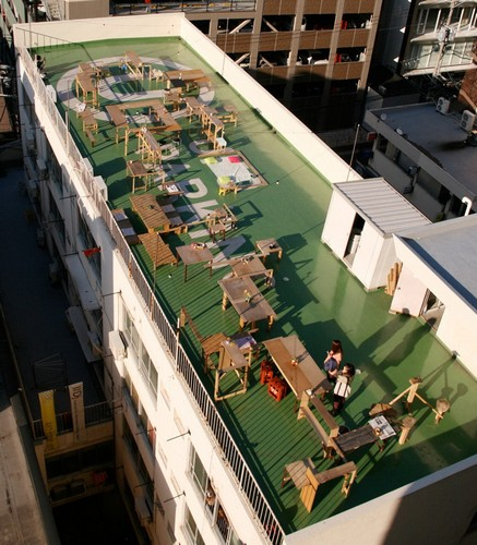 Стол для сотен людей «Table for 100's», который стоит на крыше