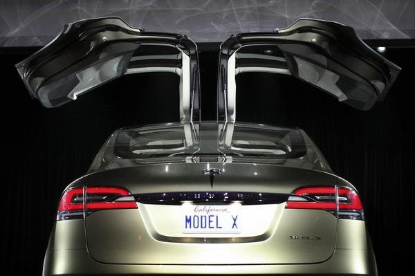 Tesla Model X - voiture électrique avec des ailes