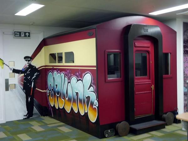 Офисный поезд от художников Dotmasters и Zadok