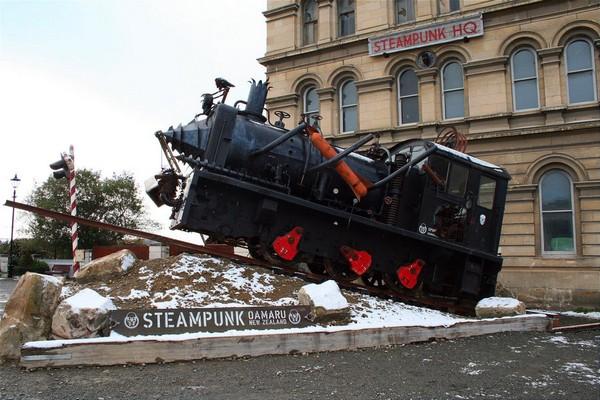 Стимпанковый поезд возле вокзала в Новой Зеландии