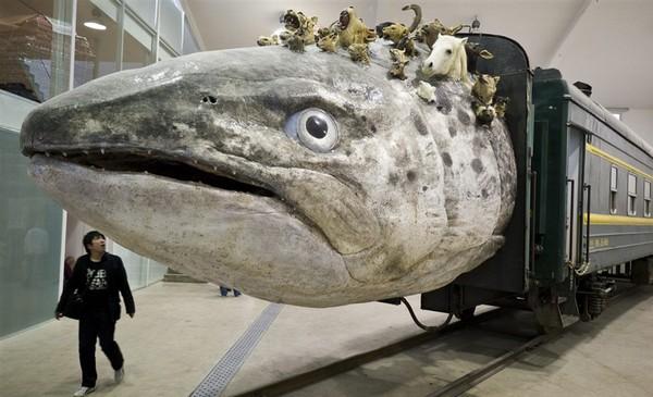 Leviathanation – поезд-рыба от Huang Yongping