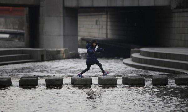 Камешки через реку Ханган в Сеуле