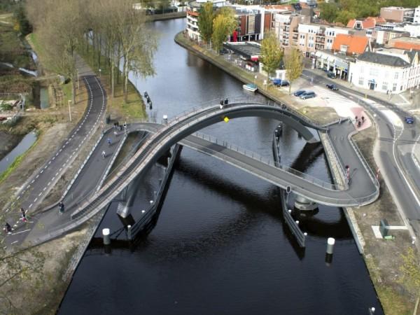Скрюченный пешеходный мост Melkwegbridge