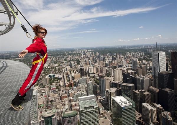Прогулки по краю телебашни CN Tower