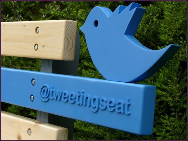 Скамейка с аккаунтом в Твиттере