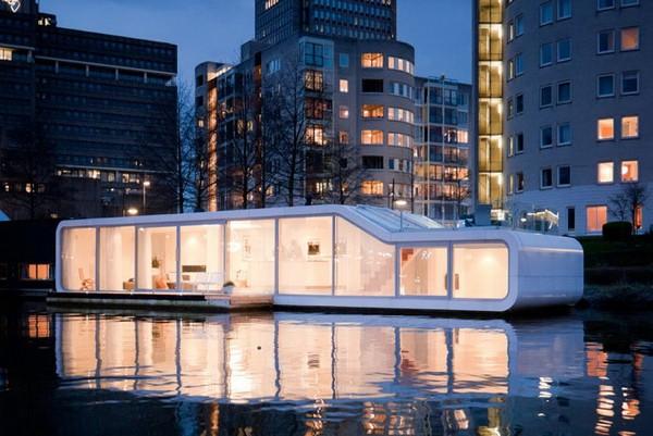 Очень современный плавающий дом в Амстердаме
