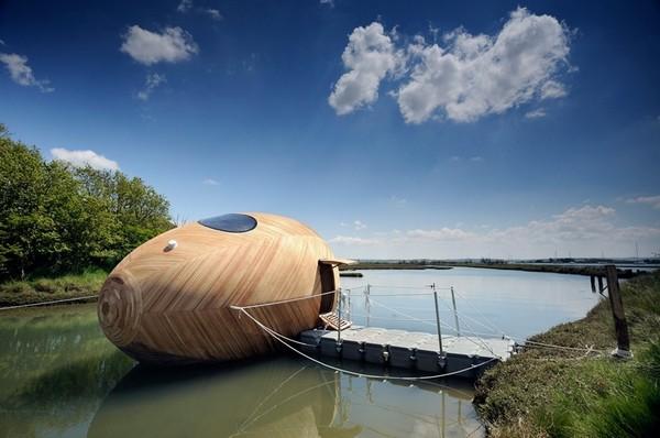 Плавающий дом в форме яйца