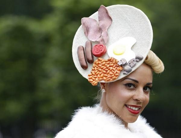 Шапка-яичница на Королевских скачках
