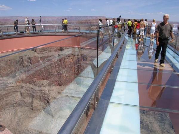 Смотровая площадка Большого Каньона со стеклянным полом