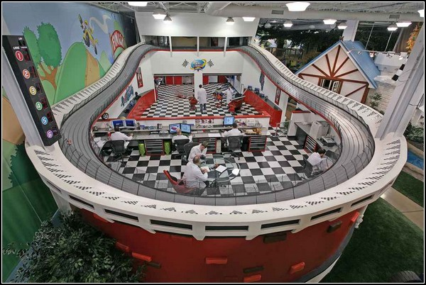 Офис в игрушечном автотреке