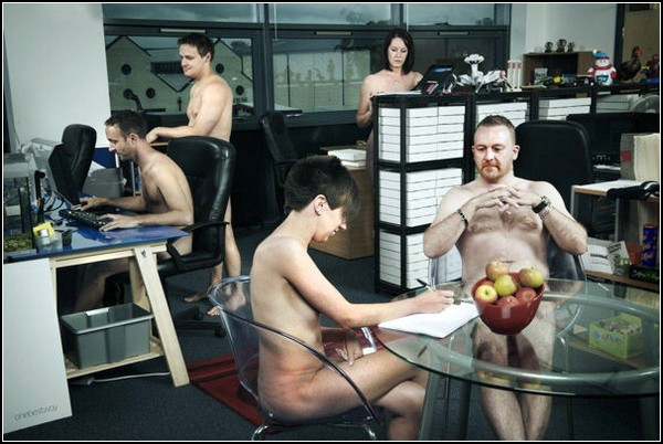 в офисе голый