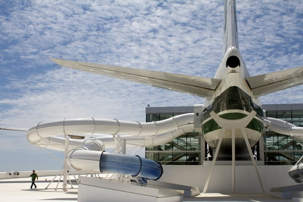 Аквапарк под крылом самолета
