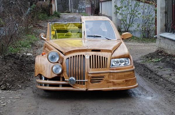 Двуликий деревянный автомобиль