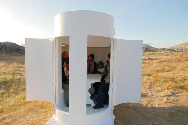 В капсуле может расположиться до шести человек.