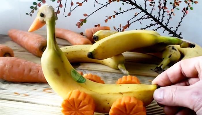 Как порадовать детей и сделать настоящую забавную игрушку из банана