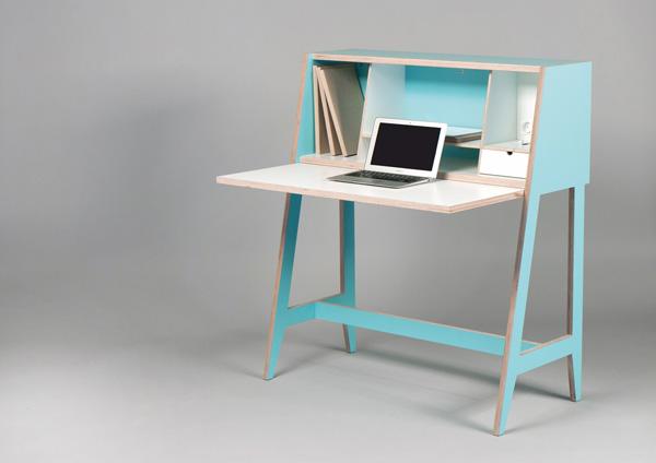 Рабочий кабинет размером с компьютерный стол.