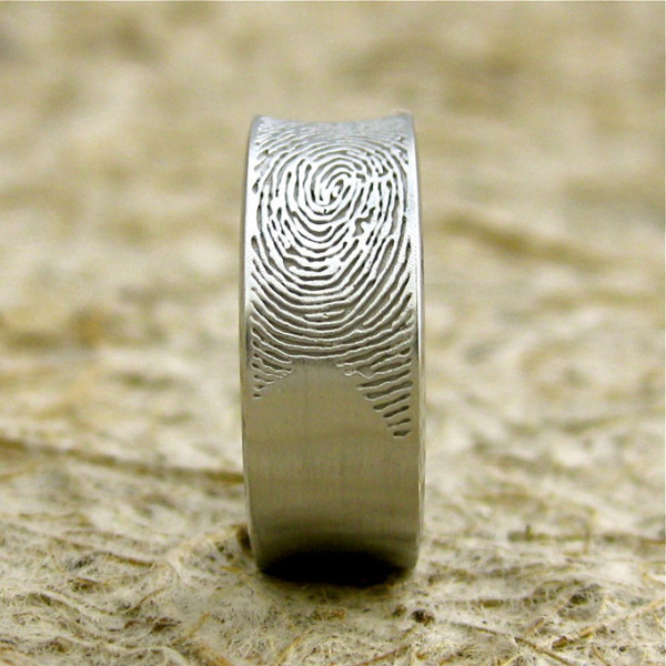 Кольцо с узором, повторяющим отпечаток пальца.