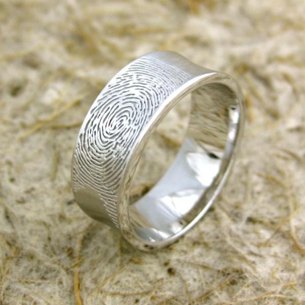 Необычное украшение с отпечатком пальца.