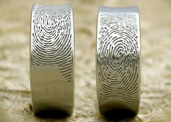 Обручальное кольцо с отпечатком пальца любимого человека.