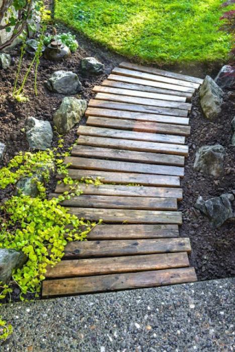 Дорожка из деревянных реек.